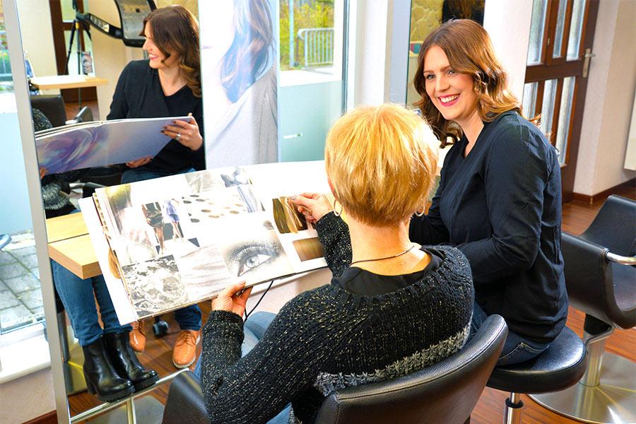 Färben von Haaren bei Friseur Weber
